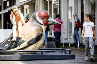 """Vista de una escultura basada en el tríptico """"El Jardín de las Delicias"""", obra del pintor Jerónimo Bosch, el Bosco en las calles de la localidad de Den Bosch, Holanda."""