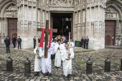 El féretro del sacerdote Jacques Hamel es trasladado tras su funeral en la catedral de Ruán, Francia.