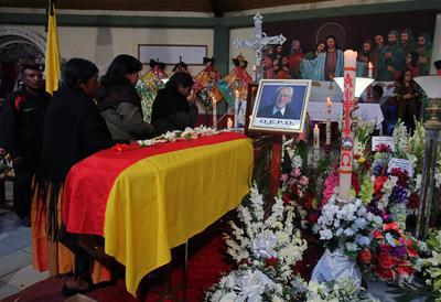 Mujeres observan el ataúd del sacerdote alemán Sebastián Obermaier, que trabajó en las últimas cuatro décadas por la gente más pobre de la ciudad boliviana de El Alto.