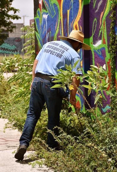 Inspectores del condado de Miami-Dade buscan agua estancada que permita la proliferación del mosquito que transmite el virus del Zika en el barrio Wynwood, Miami (Estados Unidos).