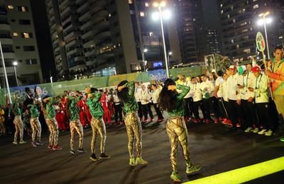 Bailarines danzan durante la ceremonia de izaje de banderas en la Villa Olímpica.