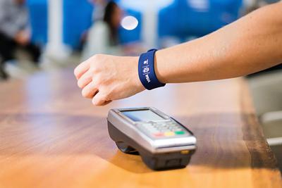"""Fotografía cedida de una pulsera de la línea Visa """"wearables"""" (literalmente llevables) que se podrá utilizar en los Juegos Olímpicos de Río 2016."""