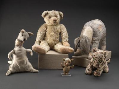 Esta foto proporcionada por unidad de imagen digital de la Biblioteca Pública de Nueva York muestra figuras originales de animales de peluche Winnie the Pooh y sus amigos en Nueva York después de su restauración.