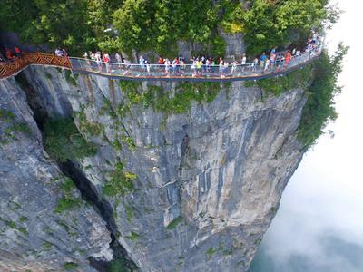 Un camino de vidrio elevado en la montaña Panlong en la provincia de Hunan Province (China). Un camino elevado de 100 metros de longitud, da una vista clara de la profundidad del valle debajo.