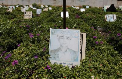 Detalle de la imagen de un niño en un cementerio, muerto por ataques aéreos dirigidos por Arabia Saudí, en un barrio de Saná, Yemen.