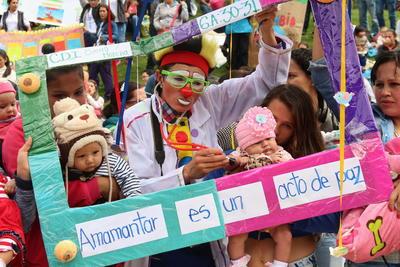 """Mujeres lactantes con sus bebés participan, en un """"Tetatón"""" para incentivar esta práctica en Bogotá (Colombia). Como parte de la celebración de la Semana Mundial de la Lactancia Materna 2016."""