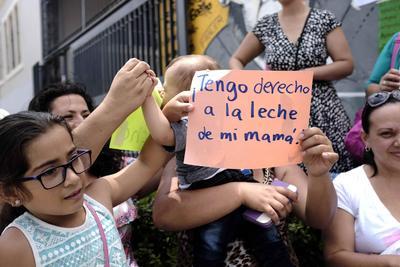 Un grupo de mujeres amamantan a sus bebés hoy, frente de la Asamblea Legislativa de Costa Rica en San José (Costa Rica).