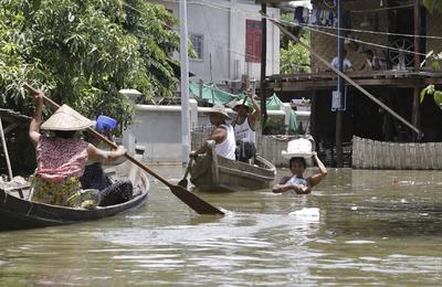 Víctimas de las inundaciones reciben las ayudas de los voluntarios en Mandalay, Birmania.