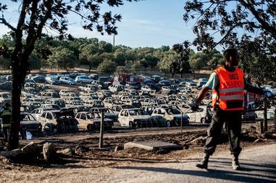 """Vista de vehículos incendiados en un estacionamiento del festival """"Andancas"""" tras un fuego que se desató, en Castelo de Vide, Portalegre, Portugal."""