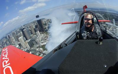 Un piloto de acrobacias deja una huella de humo mientras vuela en Seattle