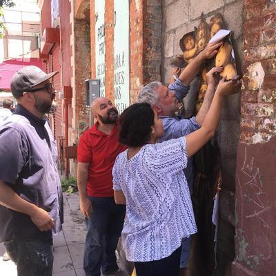 El artista francés Julien Casablanca en compañía de artistas locales en instalación.