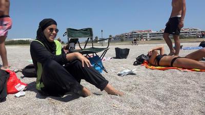 En esta imagen, Nissrine Samali, de 20 años, lleva la vestimenta islámica mientras estaba sentada con sus amigos en la playa, en Marsella.