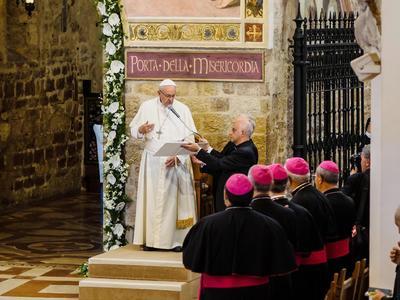 El papa Francisco visita la Basílica de Santa María de los Ángeles en Asís (Italia).