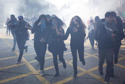 Estudiantes afectados por gas lacrimógeno de la policía chilena durante una manifestación en rechazo a la reforma educativa que está llevando a cabo el Gobierno de Chile, en Santiago de Chile.