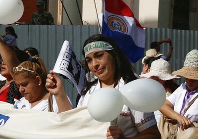 Cientos de enfermeros paraguayos protestan, en las calles de Asunción (Paraguay) para denunciar las precariedades del sector.