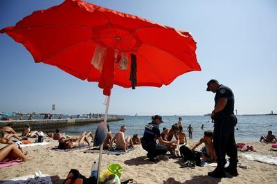 La policía patrulla por la playa de Cannes, Francia hoy 4 de agosto de 2016 como una medida de seguridad antiterrorista tras el ataque perpetrado en Niza.