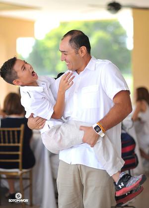 Acompañado de su papá, Roberto Moreno.jpg