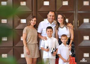 Pablo con sus papás, Roberto Moreno y Brenda Arizpe, su madrina, Lily Arizpe, y su hermanito, Alex.jpg