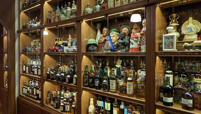 """BUENOS AIRES (ARGENTINA).- Imagen de la colección de whisky del argentino Miguel Ángel Reigosa en Buenos Aires (Argentina). Reigosa, conocido como el rey del whisky, presume en cada reunión de poseer, gracias a su espíritu """"luchador"""", la colección privada más grande del mundo de esta bebida espirituosa y de estar a solo 483 botellas de superar al emblemático Museo del Whisky de Edimburgo, en Escocia. EFE"""