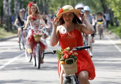 Moscow (Rusia).- Las mujeres rusas toman parte en un desfile tradicional Mujer en bicicleta en Moscú , Rusia. Cientos de mujeres de todas las edades, vestidos con su estilo original conformación de su feminidad y encanto participan en el evento anual de verano. EFE