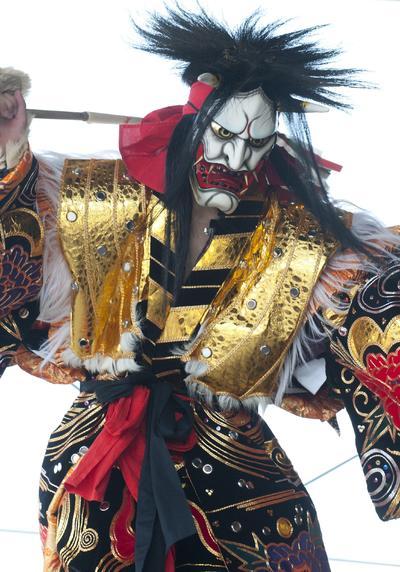 """Gotsu (Japón).- Gotsu (Japón).- Un adolescente japones realiza una danza ritual Kagura. El Ritual Kagura es una ceremonia llevada a cabo cada 10 años. un Utsuwa y cinco Kanade realizan la danza tradicional japonesa. El objectivo del Ritual era adorar al Eclipse Lunar. Este ritual se basa en un ritual más antiguo conocido como el Kiraigou. Al igual que los artista del Kiraigou. El Utsuwa y sus Kanade debían meditar en una antecámara por un cierto tiempo, con el fin de convertir una de sus mascaras. Los participantes en el Kagura entran en un trance en el que se decía que el alma dejaba al cuerpo. Este estado era conocido como """"Utsusemi"""" (Cuerpo Vacío). Al fin de la ceremonia las almas regresan a sus cuerpos, junto con los recurdos perdidos. EFE"""