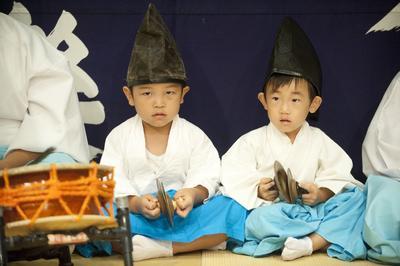 Gotsu (Japón).- La imagen muestra a dos niños japoneses que tocan los instrumentos musicales durante un espectáculo de danza ritual Kagura en aguas termales en la ciudad Arifuku Gotsu, prefectura de Shimane. Es considerado una de los tres principales formas de danza ritual Kagura en Japón. La danza se originó en la antigua mitología japonesa y se llevó a cabo para entretener a los dioses sintoístas japoneses de la naturaleza. EFE