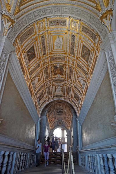 VENECIA (ITALIA).- Vista de la bóveda de la Scala d'Oro (Escalera de Oro) en el Palazzo Ducale (Palacio Ducal) en Venecia, Italia. La decoración de la Escalera, la cual describe eventos y símbolos de la historia de Venecia, ha sido restaurada después de una obra de cinco meses. EFE