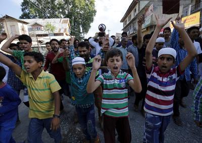 SRINAGAR (INDIA).- Varios musulmanes, incluso niños, participan en una manifestación contra la matanza de civiles en Srinagar, capital de verano de la Cachemira india. Cachemira vive fuertes protestas, en las que cerca de 50 personas han muerto y otras 3.000 han resultado heridas, desde que el pasado 8 de julio fuera abatido el miembro del grupo separatista Hizb-ul-Mujahideen (HM) Burhan Wani. EFE