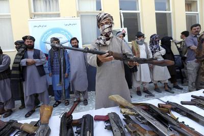 HERAT (AFGANISTÁN).- Exmilicianos talibanes entregan sus armas durante una ceremonia de reconciliación en Herat, Afganistán. Un grupo de 16 antiguos combatientes talibanes participaron en esta iniciativa para unirse al proceso de paz. Bajo una amnistía auspiciada por el expresidente afgano Hamid Karzai, y respaldada por los Estados Unidos en noviembre de 2004, cientos de militantes antigubernamentales se han rendido al gobierno hasta ahora. EFE