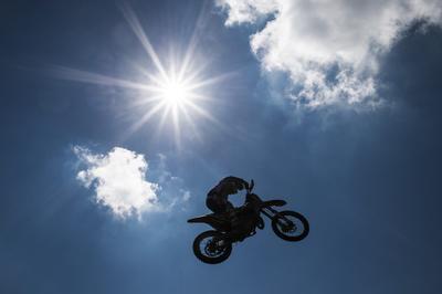 Frauenfeld, (Suiza).- Un corredor no identificado en acción durante la segunda carrera en la categoría EMX 125 del Gran Premio de Motocross MXGP en Frauenfeld, Suiza.  EFE