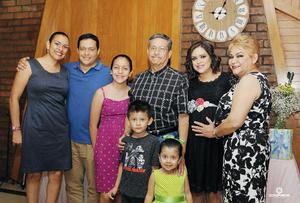 07082016 Acompañan a la futura mamá: Mara, Chuy, Marita, Jesús, Juan Pablo, Victoria y Carmen.