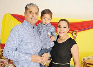 08082016 ¡FELIZ CUMPLEAñOS!  José Torres en su festejo de cumpleaños. Lo acompañan sus papás, José Luis y Adriana.