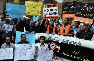 Varias personas participan en una vigilia celebrada en Lahore, Pakistán en contra del terrorismo y por las víctimas del ataque suicida contra un hospital de la ciudad de Quetta.