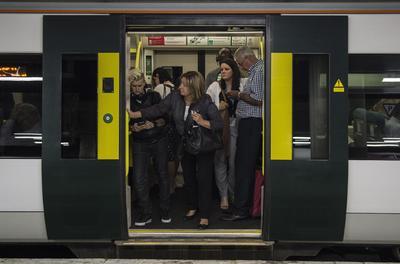 Vista de los pasajeros a bordo de un tren en la estación Victoria durante la huelga convocada por el Sindicato Ferrocarril, Marítimo y de Transporte (RMT) de la red ferroviaria del sur en el centro de Londres, Reino Unido.