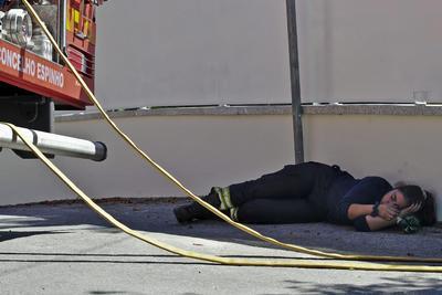 Un bobmero descansa en la calle durante un incendio forestal en Arouca, en el distrito de Aveiro, Portugal. 238 efectivos entre bomberos, retenes y militares combaten las llamas auxiliados por 75 vehículos por tierra y dos aviones anti-incendios.