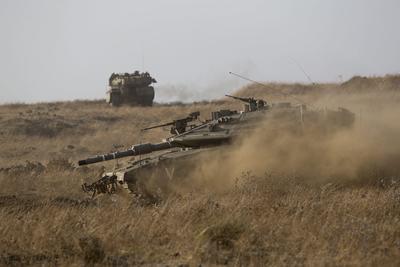 Fotografía de un tanque Merkaya israelí con munición real durante un ejercicio hoy, lunes 8 de agosto de 2016, en el centro de los Altos de Golán.