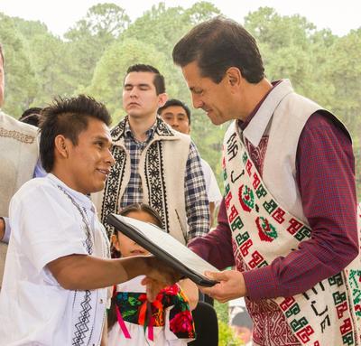 Peña Nieto fue recibido con una ceremonia tradicional mazahua y se le entregó el bastón de mando.