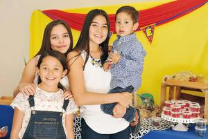 09082016 EN FESTEJO.  Paulina, Andrea, Valentina y José.