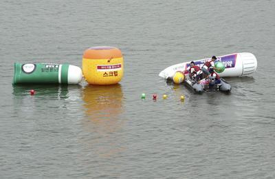 Activistas de Greenpeace arrojan al río Han en Seúl (Corea del Sur) pastas de dientes y bolas hinchables durante una campaña contra los microplásticos.