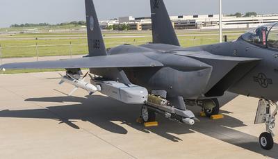 Fotografía sin fecha tomada en una ubicación desconocida y cedida por Sistemas Taurus, donde se ve un misil crucero Taurus KEPD 350 de lanzamiento tierra-aire y aire-superficie acoplado en un avión caza de F-15 de la Fuerza Aérea de EU.