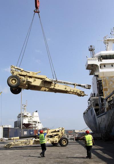 Trabajadores descargan el armamento proporcionado por los Estados Unidos en ayuda a las Fuerzas Armadas del Líbano (LAF) en el puerto de Beirut, Líbano.