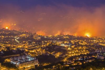 Vista general de un incendio forestal en Funchal, Isla Madeira, Portugal.