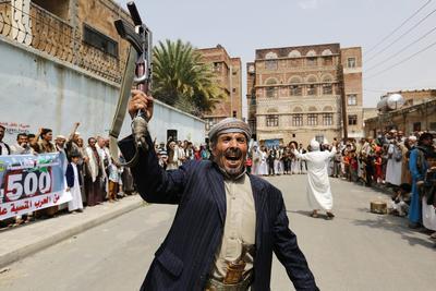Rebeldes hutíes participan en una manifestación como forma de demostración de fuerzas en Saná, Yemen.
