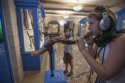Visitantes tratan de tocar instrumentos musicales en el Museo de Música Hebrea hoy, martes 9 de agosto de 2016, en Jerusalén (Israel).
