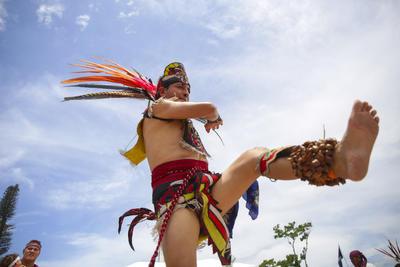 Indígenas realizan una danza, en la conmemoración del Día Internacional de los Pueblos Indígenas en la Plaza Divino Salvador del Mundo, en San Salvador.