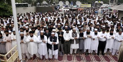 Hafiz Saeed (c), jefe de la organización caritas islamista conocida como Jamat-ud-Dawa, ofrece un discurso en memoria de las 71 personas fallecidas ayer en el ataque suicida contra un hospital de la ciudad de Quetta, en Lahore, Pakistán.