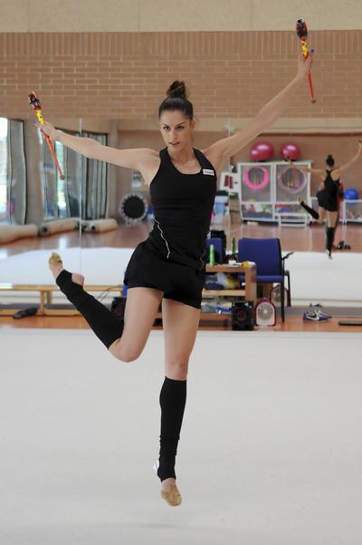 La campeona de España de gimnasia rítmica, Carolina Rodríguez, durante uno de sus entrenamientos antes de poner rumbo a Brasil para participar en los Juegos Olímpicos.