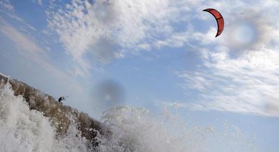 Un hombre practica kite surf durante un día de viento en el Mar Negro en Shabla (Bulgaria).