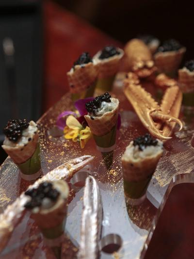 Vista de unos aperitivos de langostino que forma parte de los 18 platos de una cena de lujo cuyo costo es de 1.8 millones de euros.