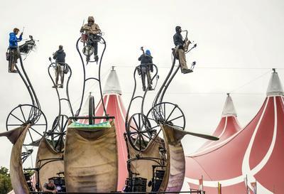 Un grupo teatral se presenta en la edición 24 del Festival Sziget, al norte de Budapest (Hungría).